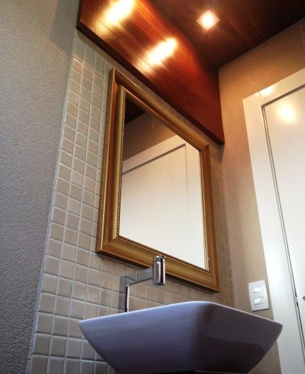 Teto com madeira maciça..  Acabementos sofisticados como textura PURA ARTE. Espelho CASA DAS MOLDURAS.
