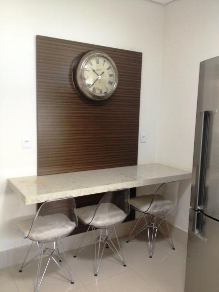 Sofisticação na cozinha com cadeiras Charles e Ray Eames transparentes.