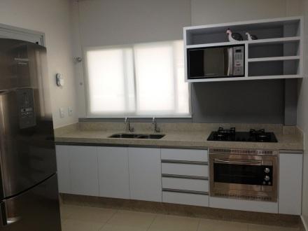 Cozinha com marcenaria em MDF branco Masisa.