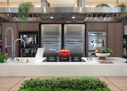 a-cozinha-da-familia-foi-projetada-em-74m-da-casa-cor-trio-2010-pela-dupla-ana-cristina-quitete-e-leonardo-faria-1289263397012_560x400
