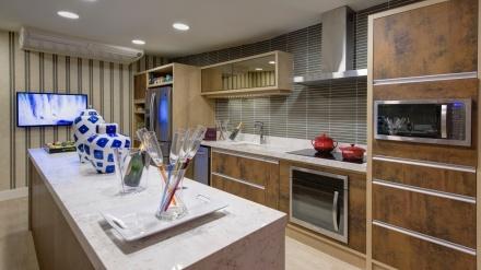 para-a-cozinha-do-ambiente-chale-do-velejador-a-arquiteta-selma-tammaro-revestiu-paredes-e-definiu-o-mobiliario-com-mescla-de-texturas-e-cores-sobrias-a-27-casa-cor-sp-segue-ate-dia-137339482791