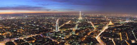 Panorama de Paris à noite, com a Torre Eiffel ao centro, vista a partir da Torre Montparnasse.