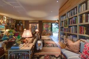 749x500xnoticias.bol_.uol_.com_.br-projetada-pelo-arquiteto-sig-bergamin-a-casa-de-campo-e-composta-por-cores-terrosas-e-um-mix-de-estampas-e-texturas-que-proporcionam-aconchego-ao-ambie