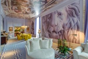 o-arquiteto-david-bastos-assina-a-sala-de-jantar-e-lounge-ambiente-marcado-por-referencias-a-arte-classica-e-contemporanea-no-suntuoso-espaco-se-destacam-as-imagens-em-larga-escala-1