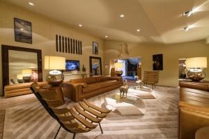 o-arquiteto-joao-mansur-retorna-a-mostra-com-o-living-numa-proposta-limpa-e-atemporal-composta-por-cores-sobrias-e-disposicao-simetrica-dos-elementos-a-28-edicao-da-casa-cor-sp-14012834295