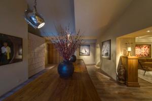 o-arquiteto-joao-mansur-retorna-a-mostra-com-o-living-numa-proposta-limpa-e-atemporal-composta-por-cores-sobrias-e-disposicao-simetrica-dos-elementos-a-28-edicao-da-casa-cor-sp-14012834525